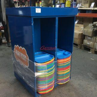Mueble de catering con bandejas de plastico.